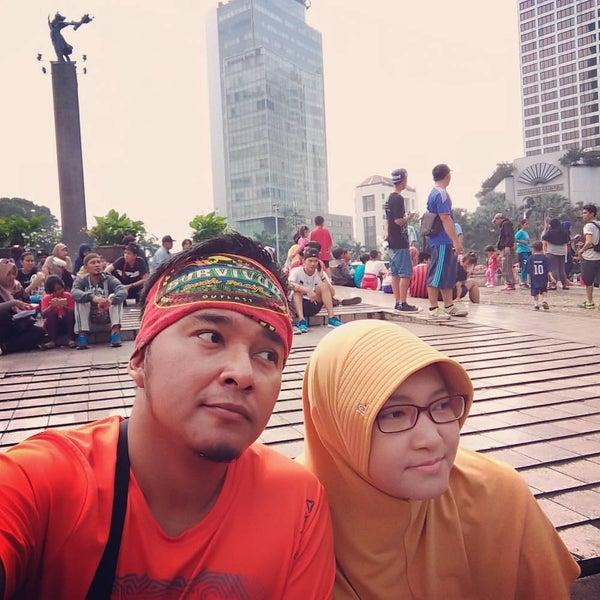 Photo taken at Bundaran Hotel Indonesia (Monumen Selamat Datang) by adi s. on 5/8/2017