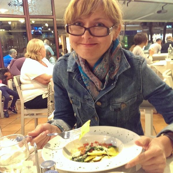 Комплимент от ресторана из сыра маскорпоне, вкусное белое игристое домашнее вино, а еще равиолли с помидорами и свежим шпинатом