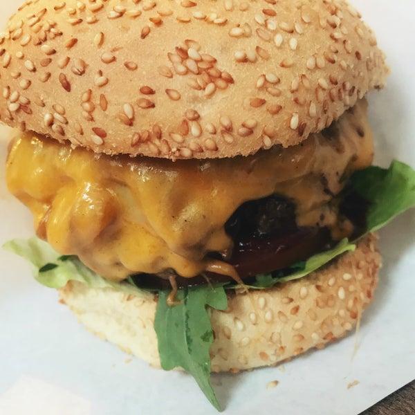 Das Foto wurde bei BurgerArt von Christian am 8/24/2017 aufgenommen