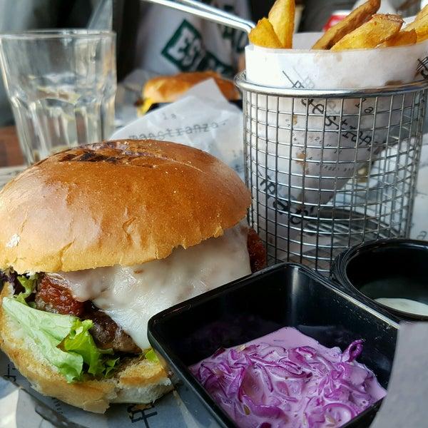 Foto tomada en La Maestranza Sandwich & Burger Bar por Alejandro A. el 8/6/2016