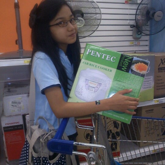 Photo taken at Tesco by Sherry I. on 9/27/2012