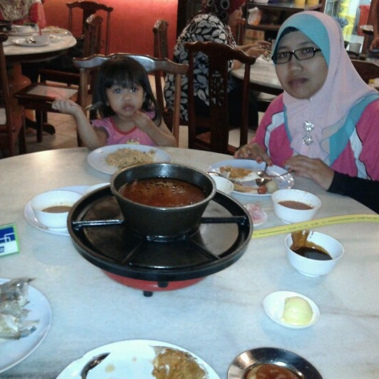 Photo taken at Red Wok Restaurant by Mohd Zarith I. on 12/3/2012