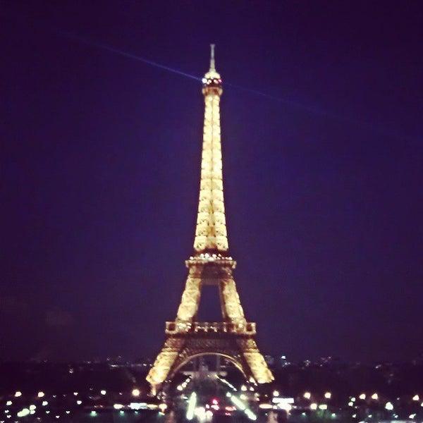 Photo prise au Place du Trocadéro par Elizabeth L. le5/16/2013