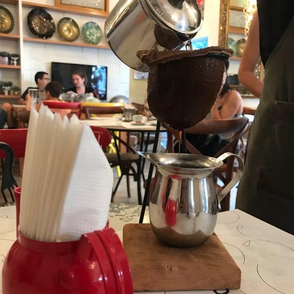 Eu amo esse lugar. É possível comprar itens de decoração e ao mesmo tempo provar algo no café que é integrado a loja.  (Pão de queijo maravilhoso)