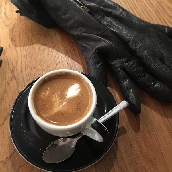 Снимок сделан в Irving Farm Coffee Roasters пользователем Sarah 11/12/2017