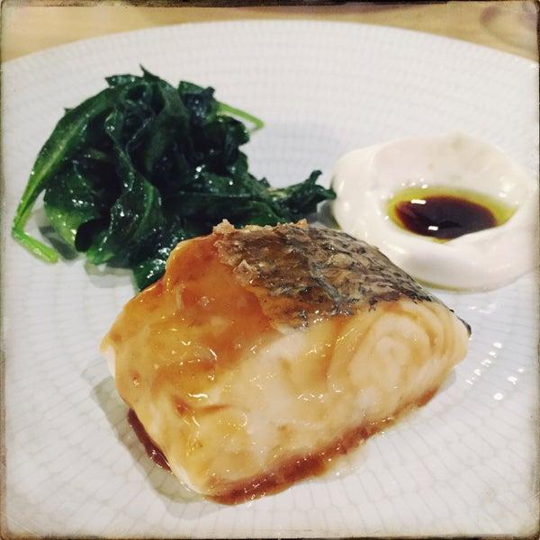 Estar en Galicia sin coger un vuelo. La merluza es su top, la sardina, ...y el pan traído desde allí. Excelente carta, tanto en mesas de barra como en sala. Precio de risa en barra para esa calidad ++