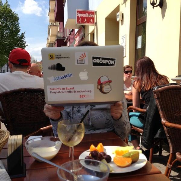 Das Foto wurde bei Cafe Esquina von Toby am 5/5/2013 aufgenommen