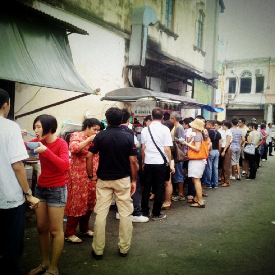 Photo taken at Penang Road Famous Teochew Chendul (Tan) by MuayFit G. on 11/13/2012
