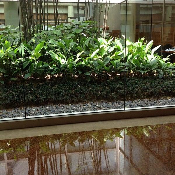 Photo taken at The Ritz-Carlton Millenia Singapore by Hashim on 3/9/2013