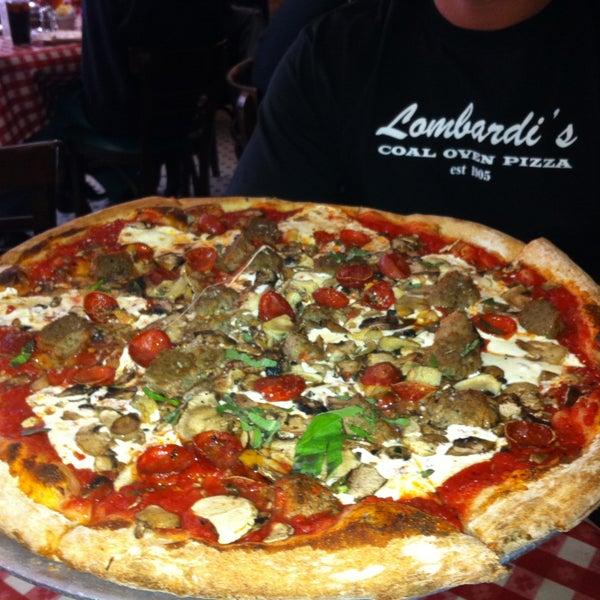 Das Foto wurde bei Lombardi's Coal Oven Pizza von LA Travel M. am 5/26/2013 aufgenommen