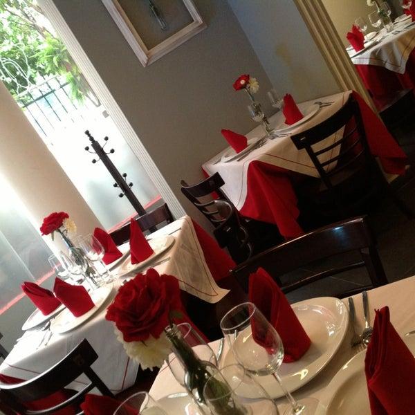 Es un ambiente tranquilo donde puedes charlar a gusto, te sugiero los espacios privados dentro del restaurant