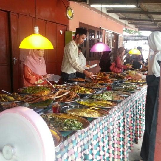 Photo taken at Warung AJA Selera Kampung by Shahida I. on 10/23/2012
