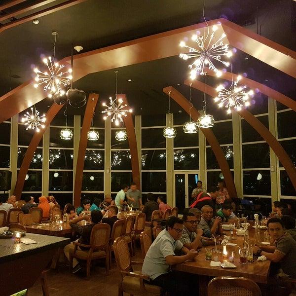 Foto diambil di ON20 Bar & Dining Sky Lounge oleh Chakra Indra N. pada 7/28/2016