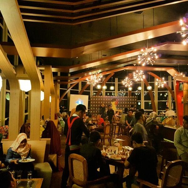 Foto diambil di ON20 Bar & Dining Sky Lounge oleh Chakra Indra N. pada 7/23/2016