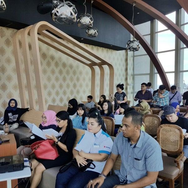 Foto diambil di ON20 Bar & Dining Sky Lounge oleh Chakra Indra N. pada 8/8/2016