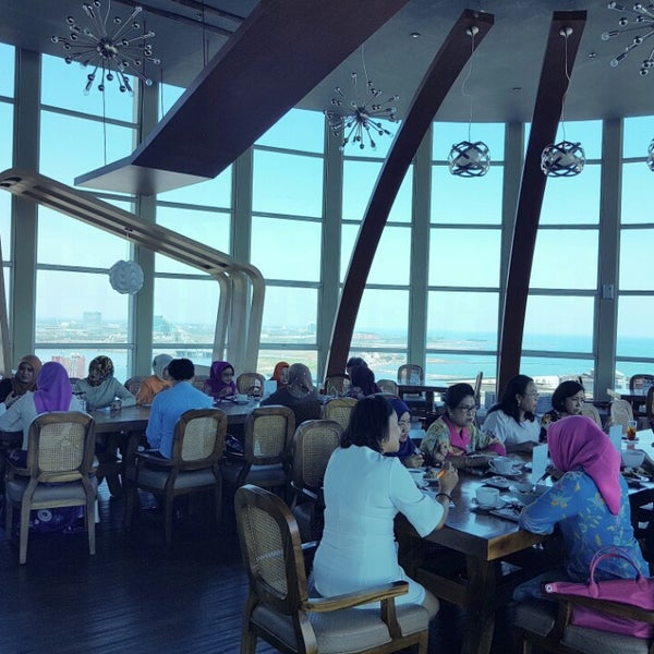 Foto diambil di ON20 Bar & Dining Sky Lounge oleh Chakra Indra N. pada 8/4/2016