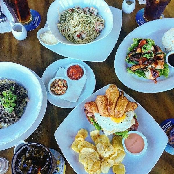 Foto diambil di ON20 Bar & Dining Sky Lounge oleh Chakra Indra N. pada 7/27/2016