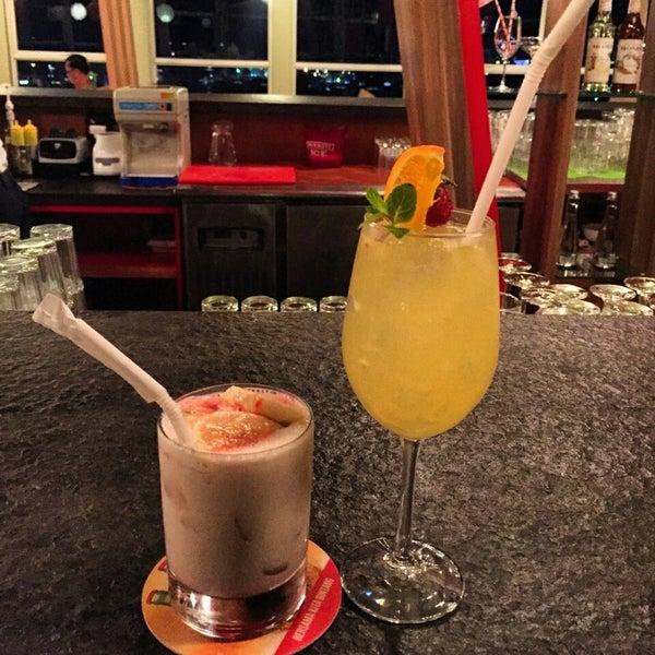 Foto diambil di ON20 Bar & Dining Sky Lounge oleh Chakra Indra N. pada 7/29/2016