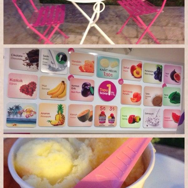 9/20/2013 tarihinde Sıla Olcanziyaretçi tarafından Dondurma Dükkanı'de çekilen fotoğraf