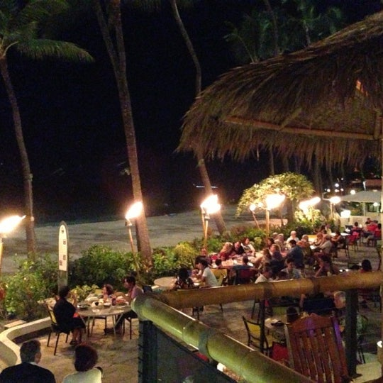 Photo taken at Duke's Waikiki by Alex M. on 11/25/2012