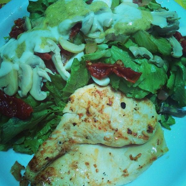 A salada leve com peito de frango é maravilhosa! Prato enooorme e saudável. Recomendo