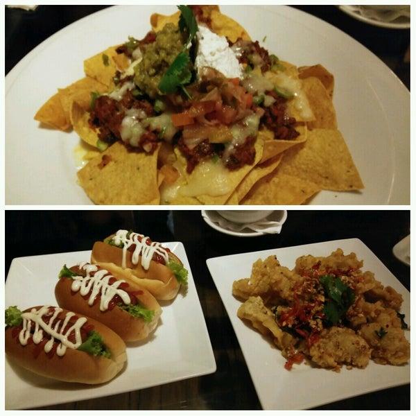 Foto diambil di ON20 Bar & Dining Sky Lounge oleh Guy B. pada 9/15/2016