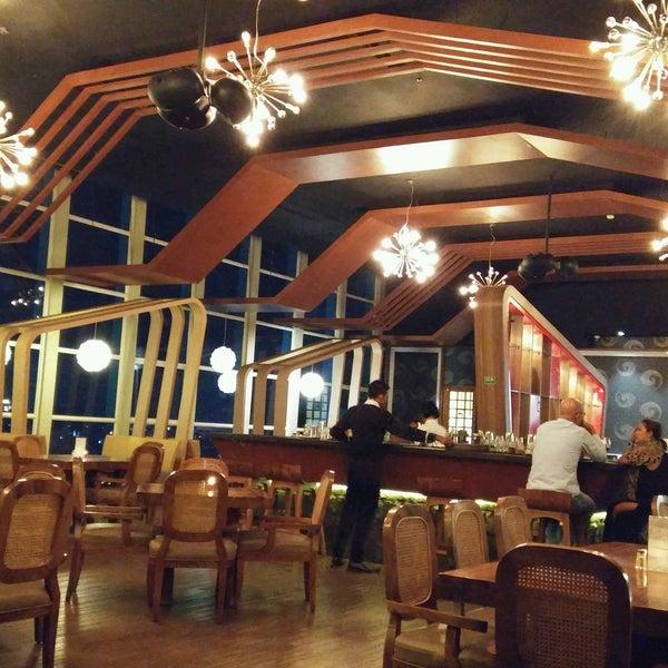 Foto diambil di ON20 Bar & Dining Sky Lounge oleh Guy B. pada 9/14/2016