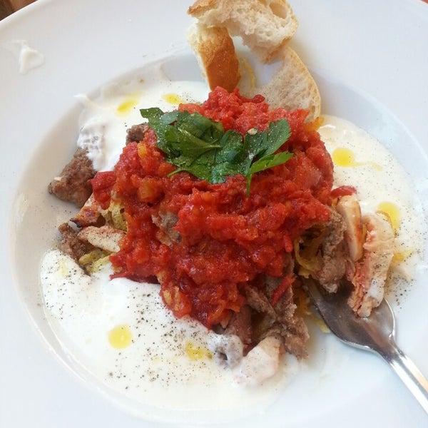 6/15/2013 tarihinde Cemilotziyaretçi tarafından Uno Restaurant'de çekilen fotoğraf