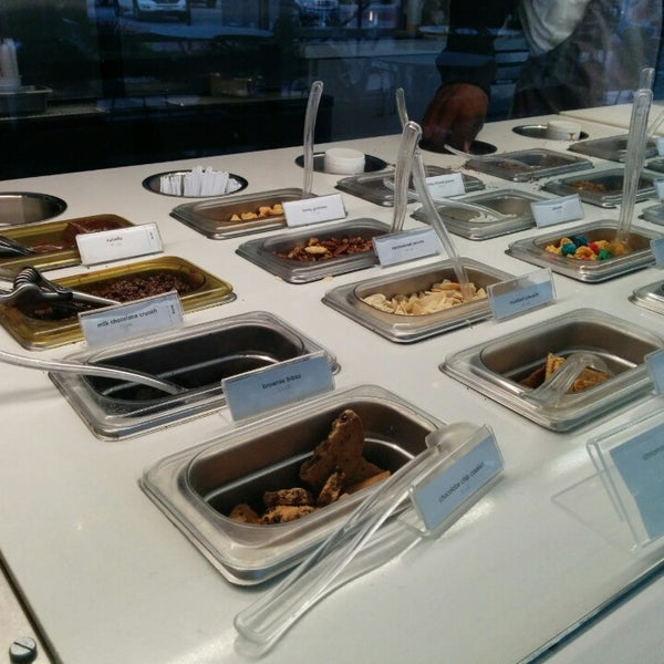 Photo taken at Pinkberry by Aimee L. on 10/11/2014