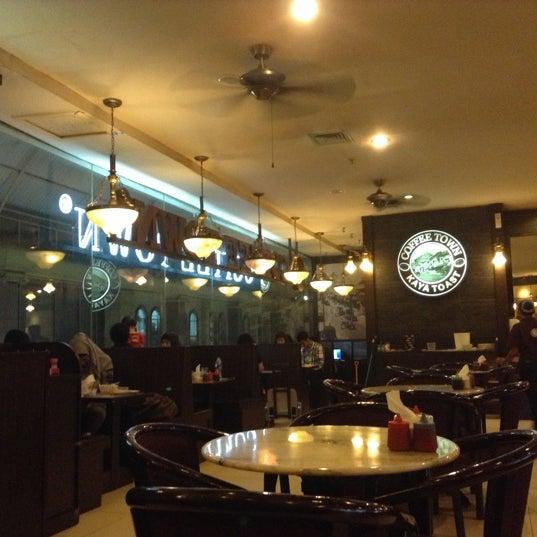 Photo taken at Coffee Town Kaya Toast by Sofyana G. on 11/15/2012