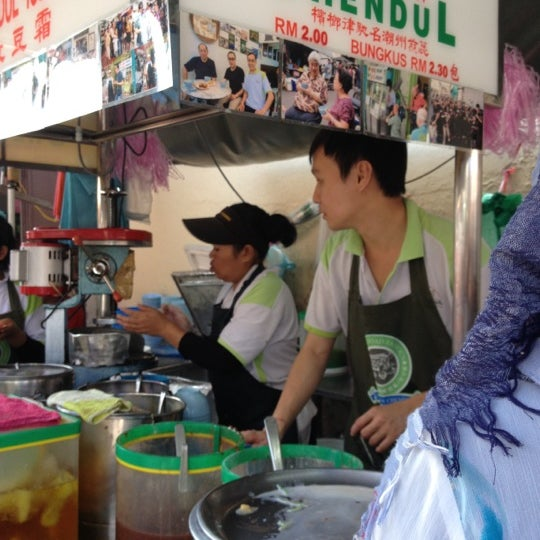 Photo taken at Penang Road Famous Teochew Chendul (Tan) by Halizah F. on 11/14/2012