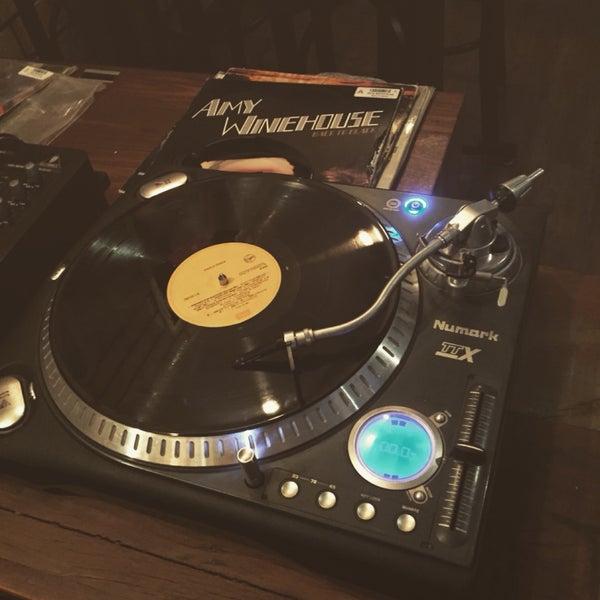 Dadinho de queijo! Uma ótima pedida no local. Uma conversada com o DJ também é uma boa ideia. As vezes a música fica muito alta e incomoda quem vai por uma boa conversa. O local tem um clica do vinil.