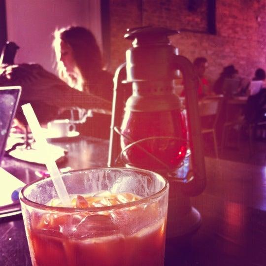 Foto tomada en Gaslight Coffee Roasters por Karin el 12/4/2012