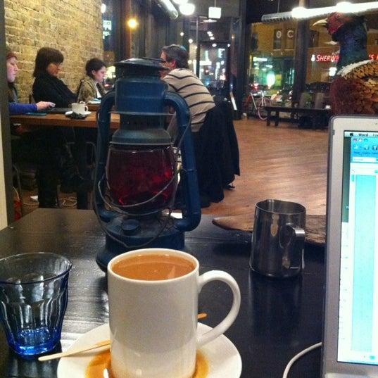 Foto tomada en Gaslight Coffee Roasters por Karin el 12/12/2012