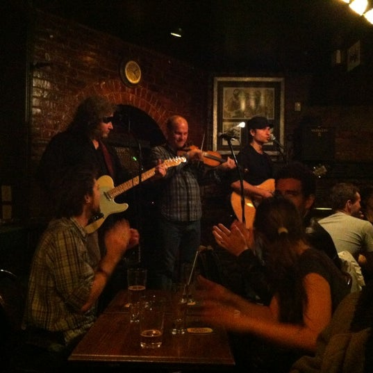 Foto tomada en Hurley's Irish Pub por Edward L. el 11/18/2012