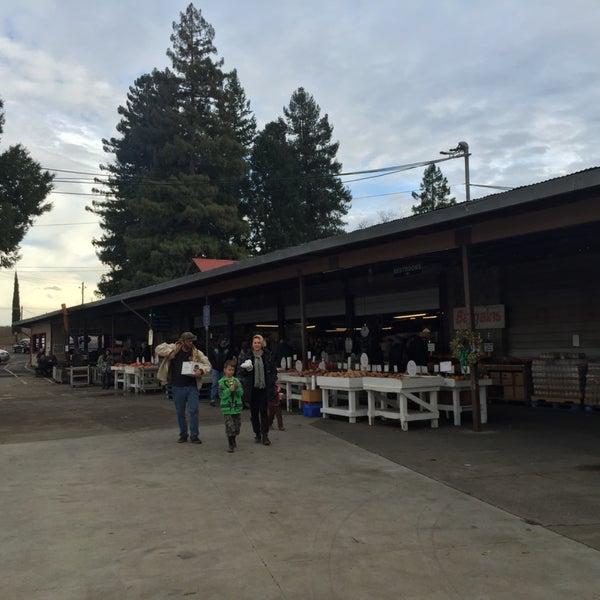 Настоящая фермерская ярмарка в очень живописном месте. Здесь же можно перекусить на свежем воздухе.