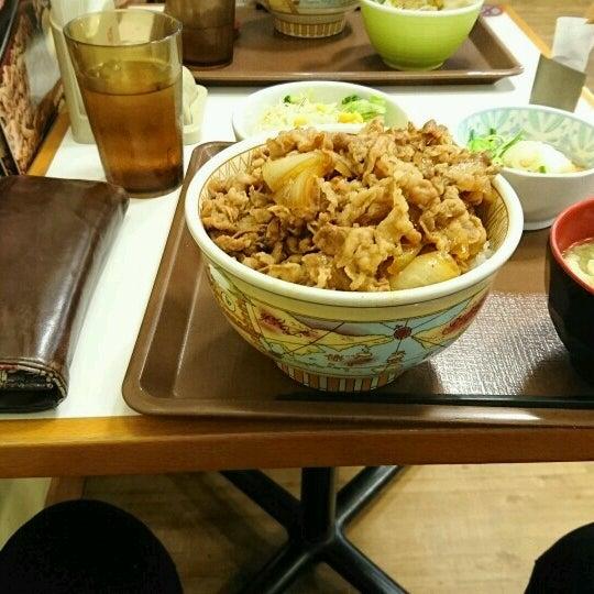Foto tirada no(a) すき家 新居浜外山店 por 雅也 em 11/20/2016