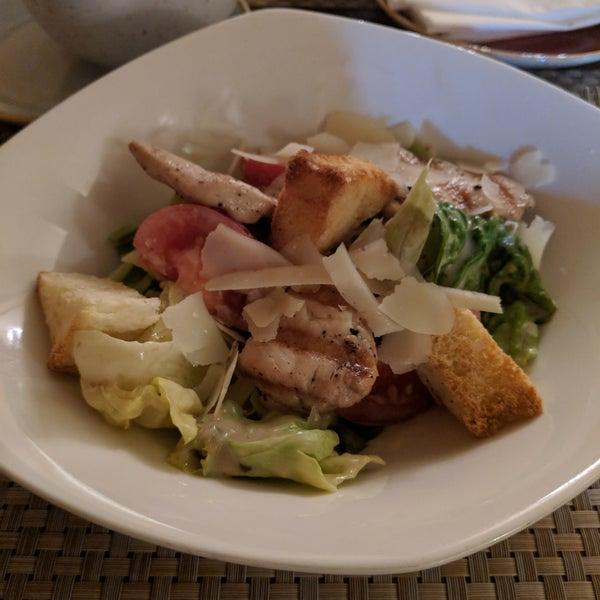 Цезарь: большие сухари,желтые листья,ужасный соус. Бограч не острый, не густой, огромные куски картошки, на вкус как борщ.Сметана к вареникам считается в чеке отдельно...Сервис никакой. Не рекомендую.