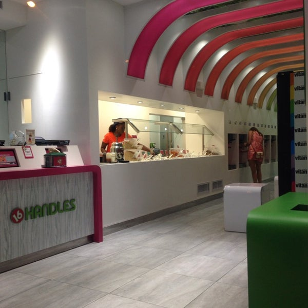 Photo taken at 16 Handles by Léna Le Rolland on 8/29/2013