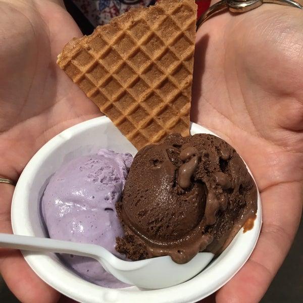 Das Foto wurde bei Jeni's Splendid Ice Creams von Elaine M. am 8/28/2016 aufgenommen