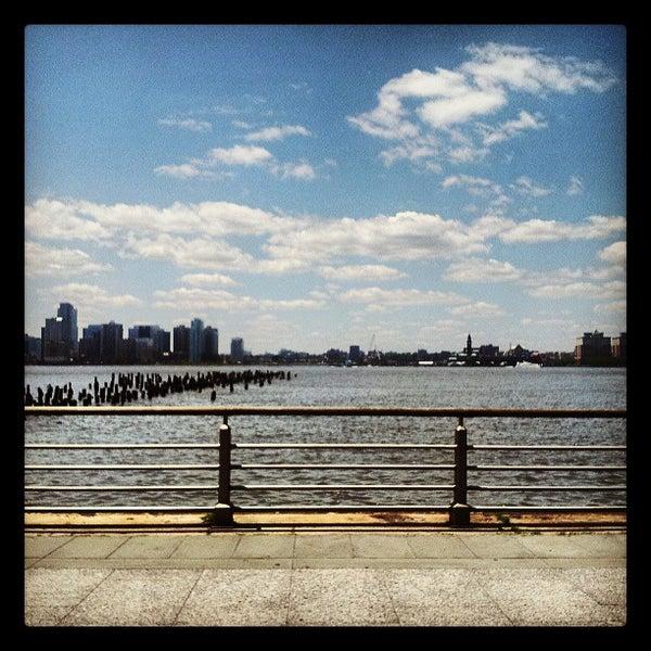 Das Foto wurde bei Hudson River Park von Daniel L. am 6/19/2013 aufgenommen