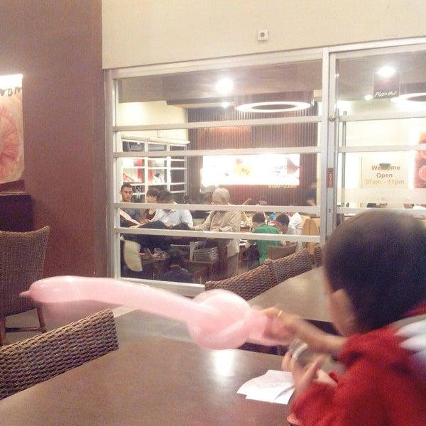 Photo taken at Pizza Hut by Ahjoe J. on 3/17/2014