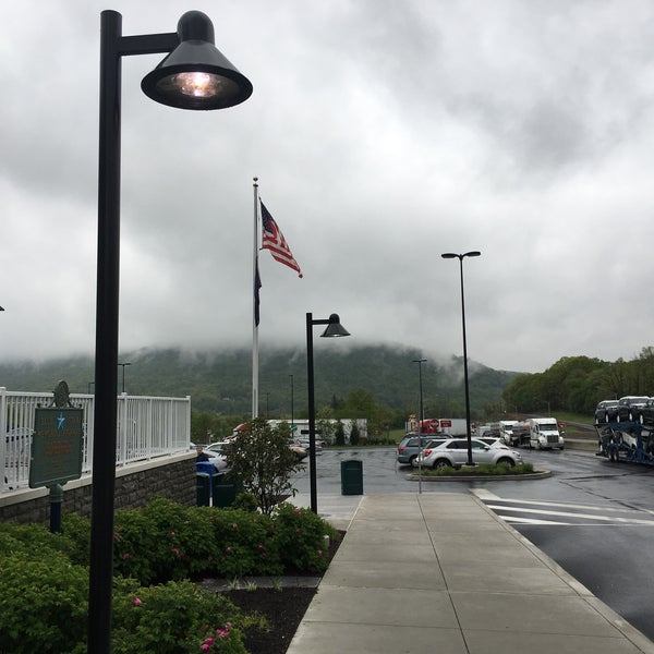 Photo taken at North Midway Service Plaza by Señor on 5/11/2017