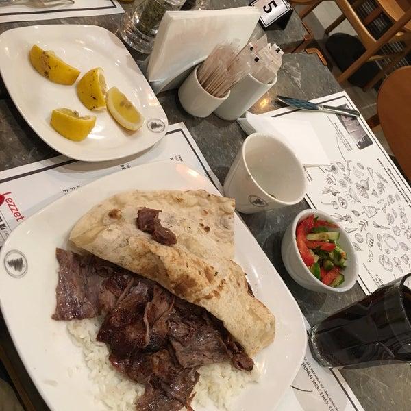 Das Foto wurde bei Lezzet Co. Döner von Yeşim U. am 5/7/2018 aufgenommen