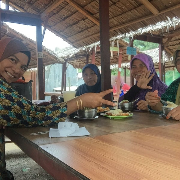 Photo taken at Cendol Bakar Simpang Ampat by Nazliah I. on 10/16/2016