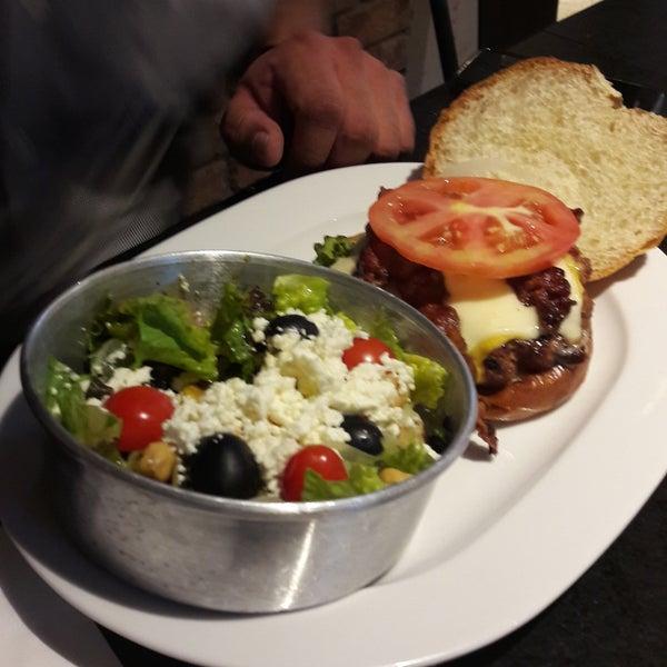 Buenísimas las hamburguesas y esa ensalada griega es maravillosa