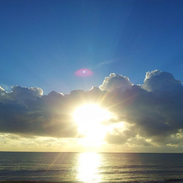 รูปภาพถ่ายที่ Praia de Guaxuma โดย Everton V. เมื่อ 3/2/2014