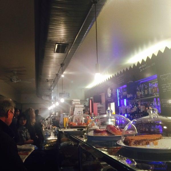Das Foto wurde bei Adriano's Bar & Café von Özlem Ö. am 12/27/2016 aufgenommen