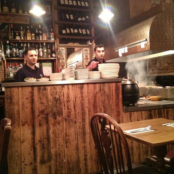 Photo prise au Makara Charcoal Grill & Meze par Mehmet M. le11/30/2014