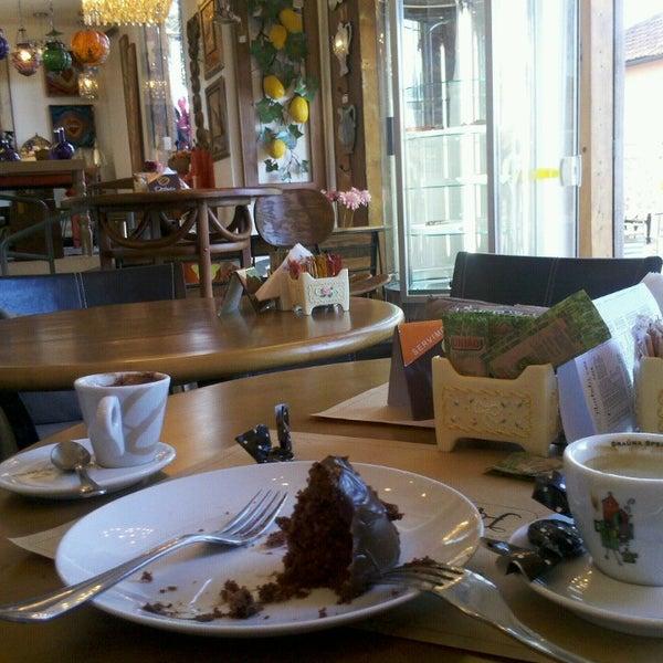 Foto tirada no(a) Florbela Café por Altair C. em 8/11/2013
